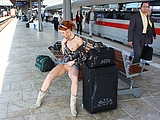 Red Headed Girl in Pussy Bilder Blinken am Bahnhof