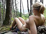 Photos nues de femme en plein air dans les bois
