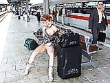 Girl Red Headed in immagini figa lampeggiante sulla stazione ferroviaria