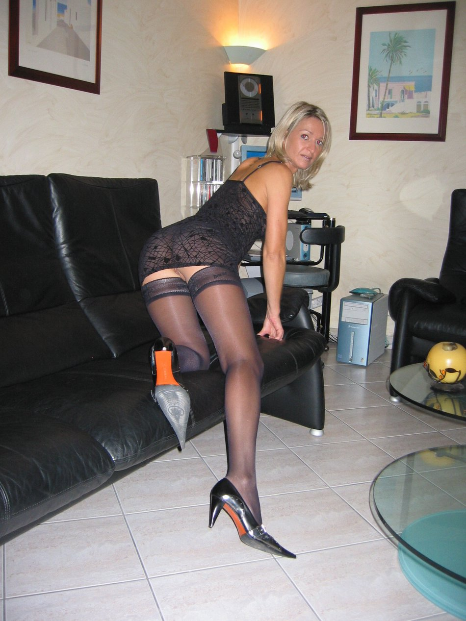 Super Sexy Amateur Wife Bends in Stockings on Couch Photos