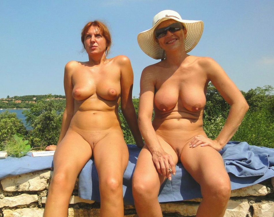 Amateur Mature Women At The Beach Posing Totally Nude For Camera
