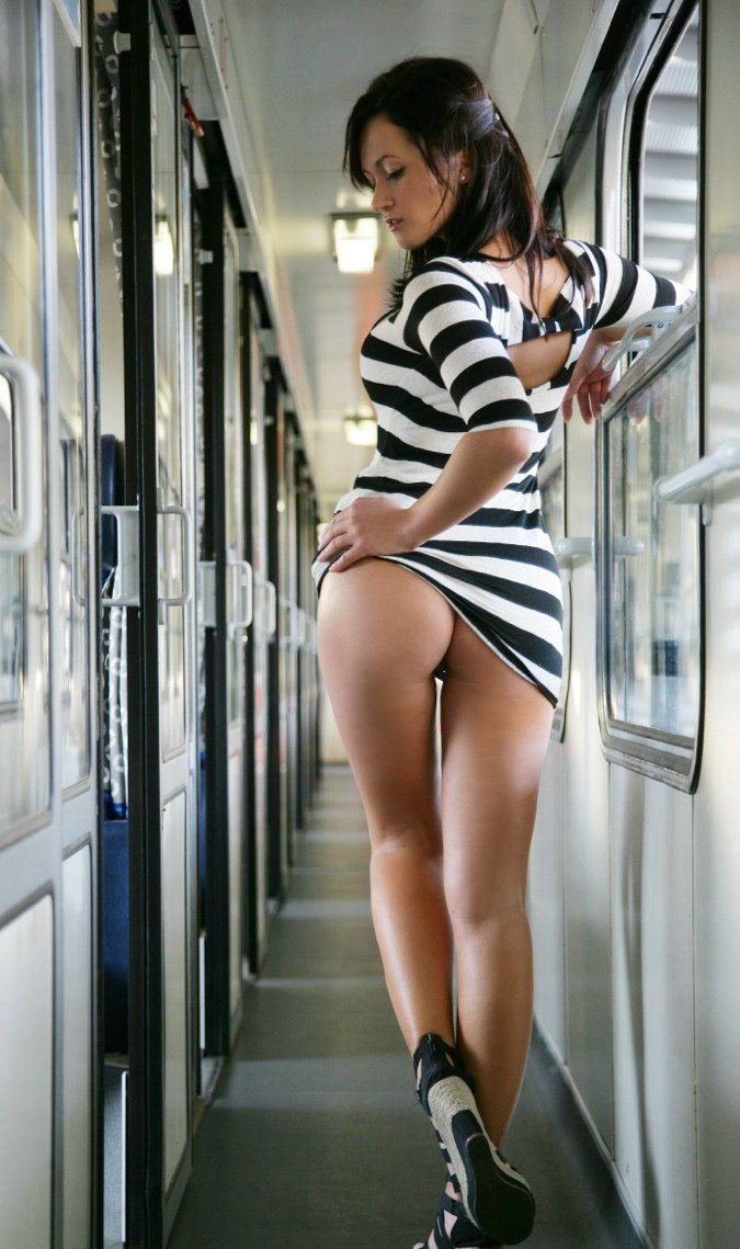 Girl Shows Hot Nude Ass in Train Photo