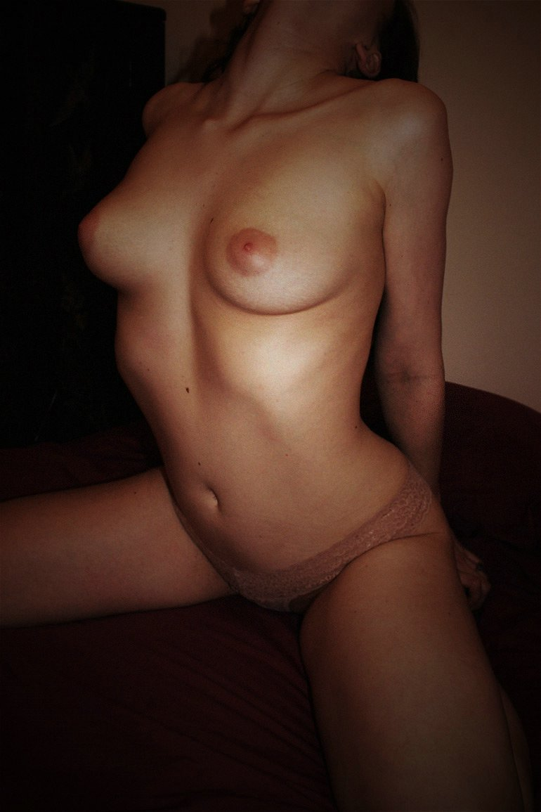 Sweet Girlfriend Posing Topless in Homemade Naked Pictures