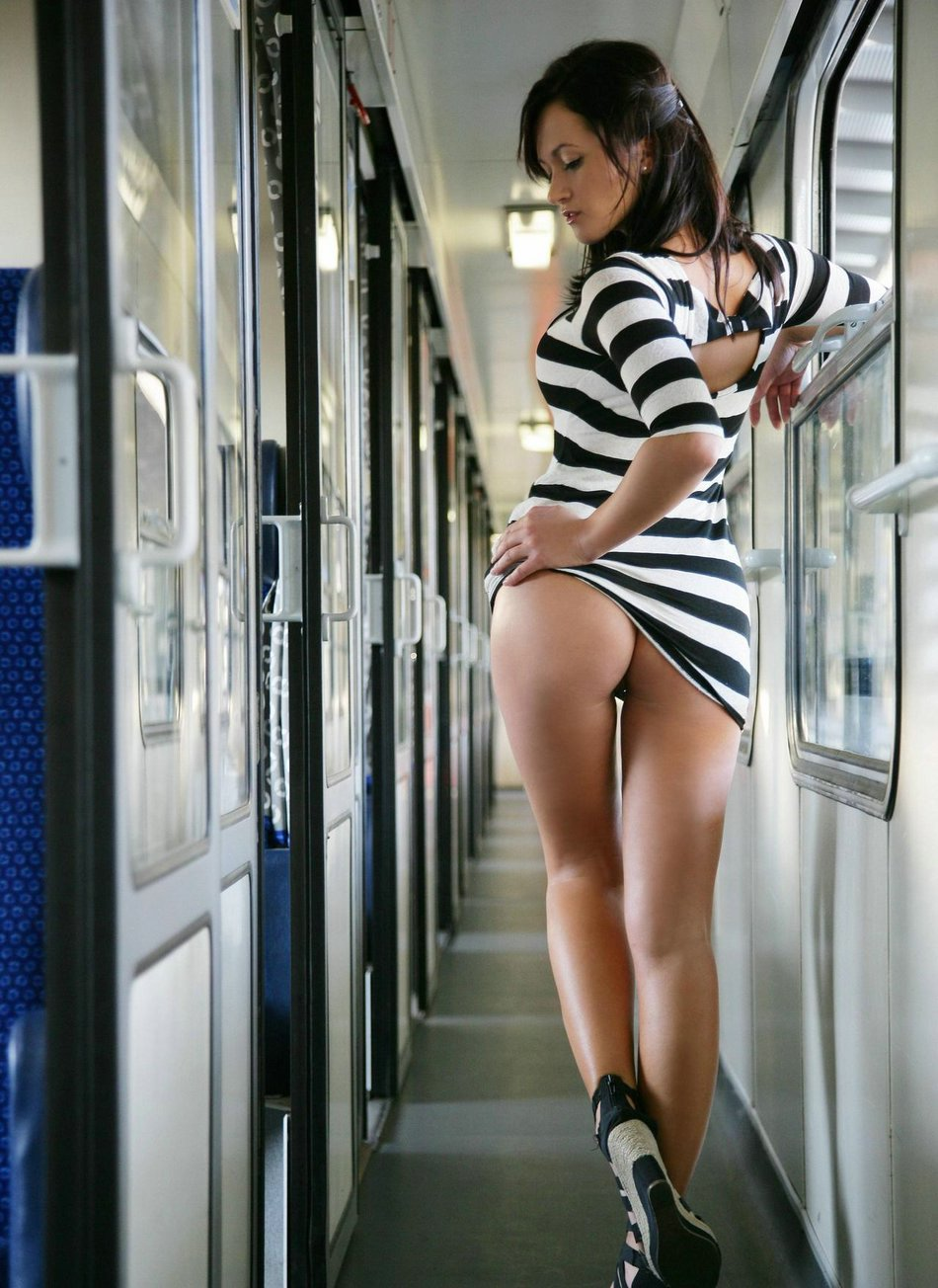 Flashing Ass Pictures of Girl with Hot Ass in Public Train
